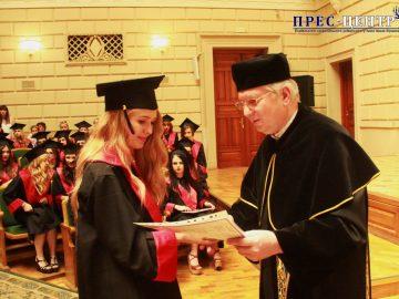 Випускники факультету іноземних мов отримали дипломи про вищу освіту