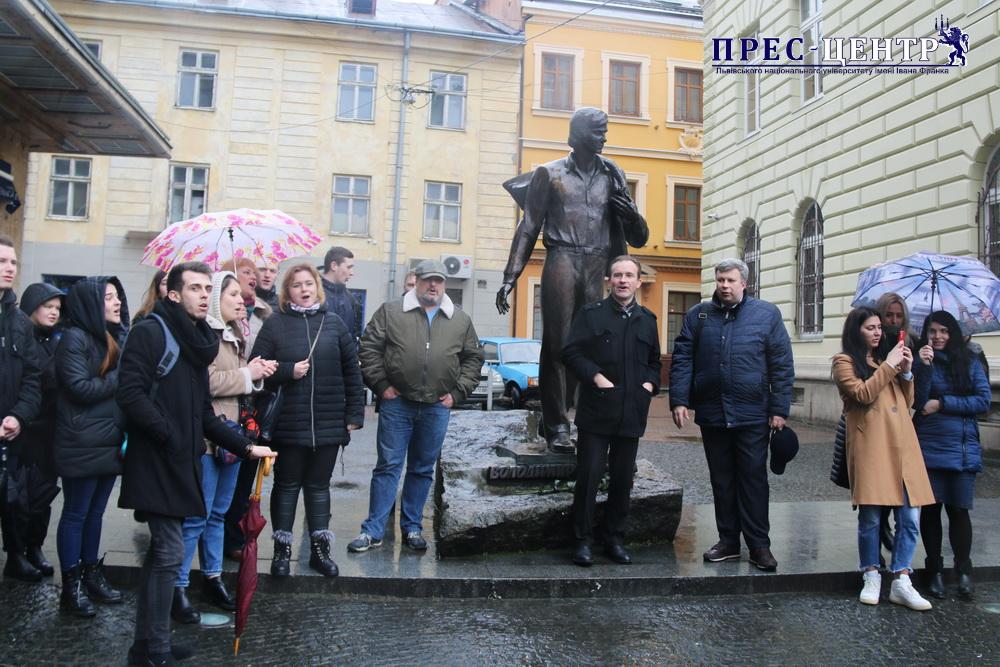 Спільнота Університету провела флешмоб до дня народження Володимира Івасюка